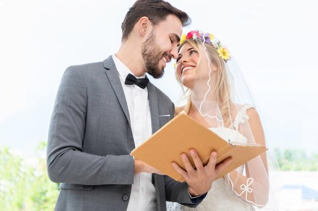 Novia y el novio pareja de raza caucásica elegir vestido en estudio de boda.