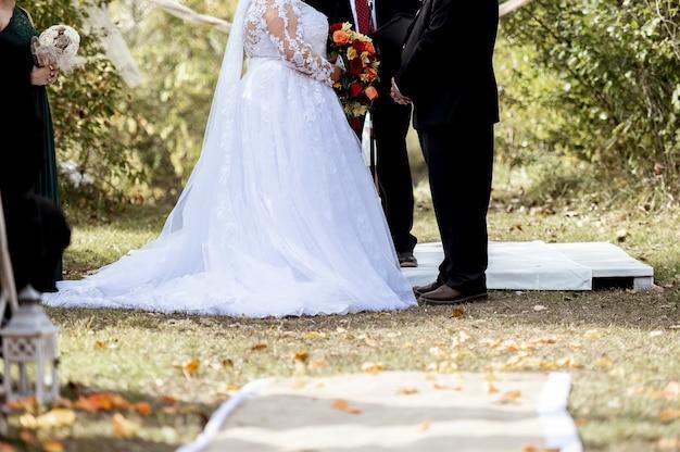 La novia y el novio de pie uno frente al otro en el día de su boda