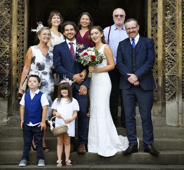 Novia y novio con sus familias.