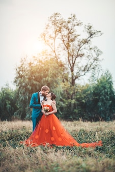 La novia y el novio tienen tiempo de romance y felices juntos