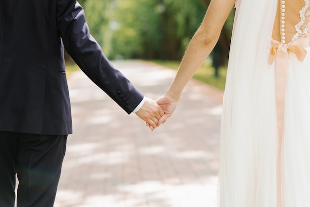 La novia y el novio se toman de las manos. pareja amorosa
