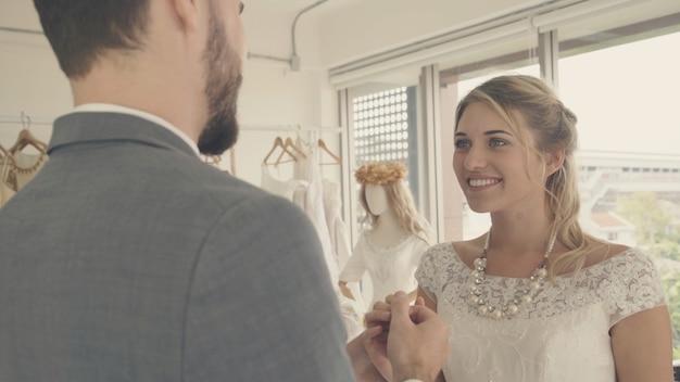 La novia y el novio en traje de novia preparan la ceremonia.
