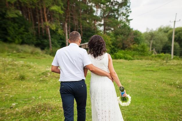 La novia y el novio van al bosque