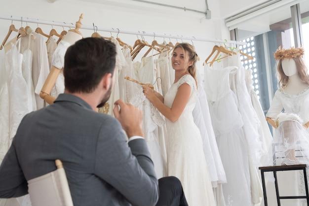 Novia novio en vestido de novia en la ceremonia de la boda.