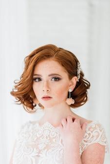 Novia pelirroja en su vestido de novia