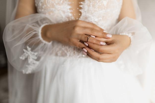 La novia está poniendo el anillo de compromiso