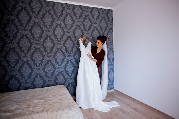 Novia probándose el vestido de novia en casa