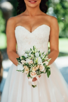 Novia con ramo de boda en ceremonia