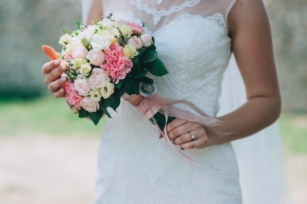 Novia con ramo de flores de boda