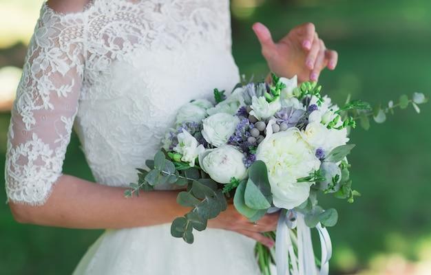 Novia con ramo de novia.