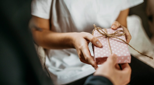 Novia recibiendo regalo de san valentín