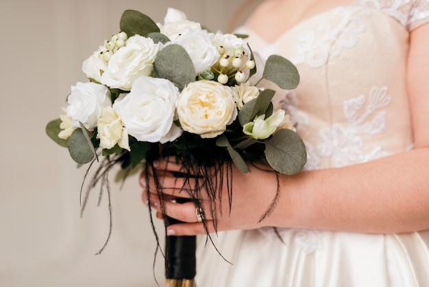 Novia sosteniendo ramo de flores