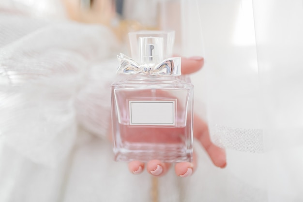 Novia sosteniendo su perfume