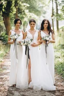 Novia con sus damas de honor en el bosque