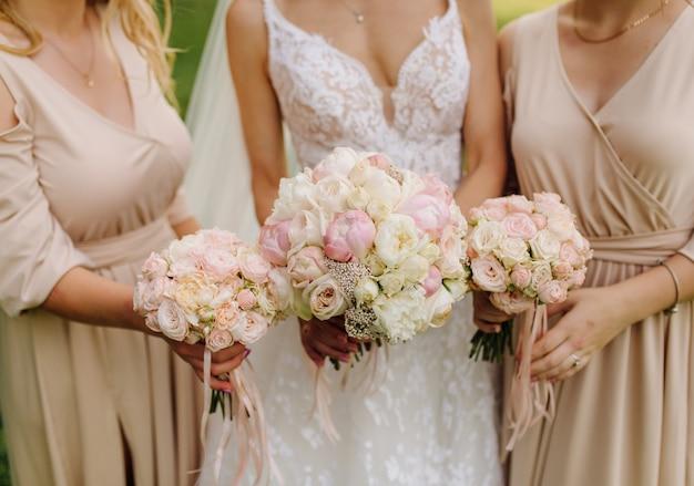 Novia, tenencia, ramo de la boda