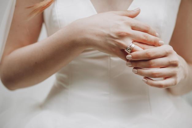 La novia toca su dedo con el anillo de bodas
