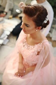 Novia en vestido rosa