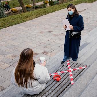 Novias al aire libre con máscara