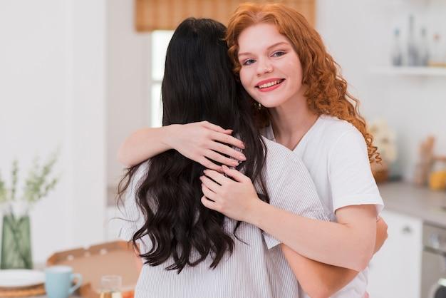 Novias de alto ángulo abrazándose en la fiesta de pijama