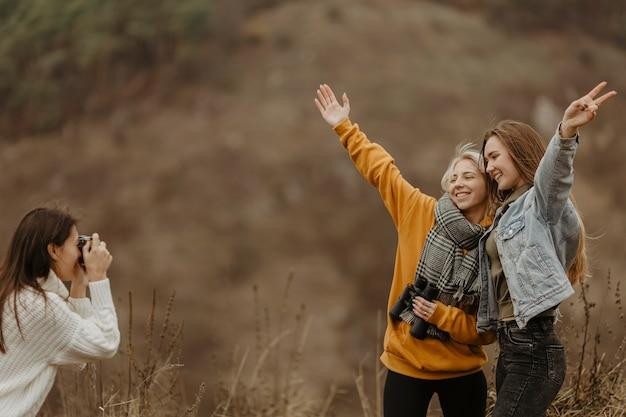 Novias de alto ángulo tomando fotos