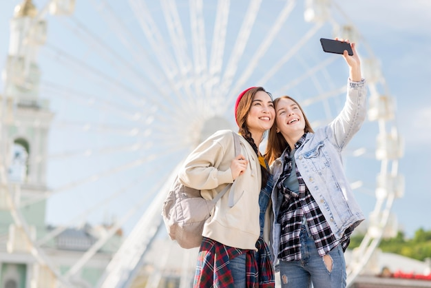 Novias de ángulo bajo tomando selfie