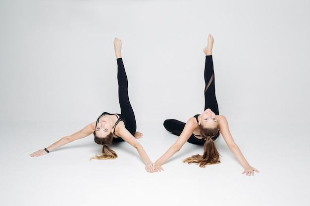 Novias de atletismo entrenando juntos.