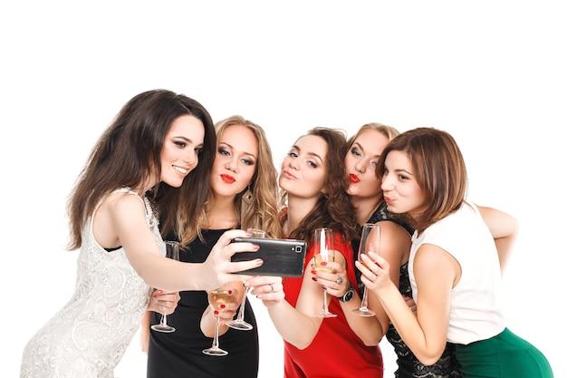 Novias brindando en la fiesta de año nuevo