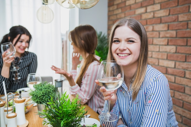 Novias charlando y bebiendo vino