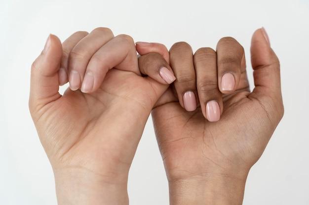 Novias cogidos de la mano como promesa meñique