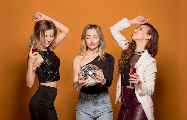 Novias divirtiéndose en la fiesta