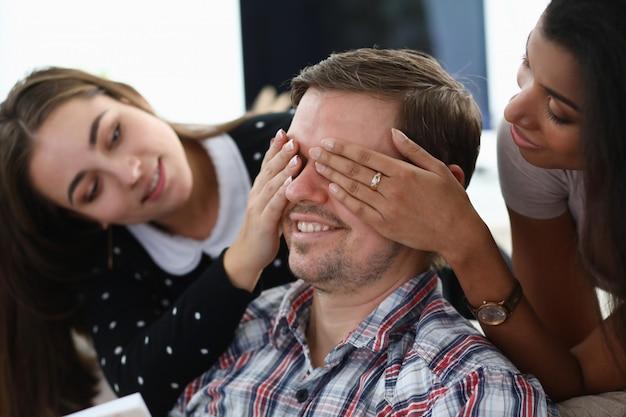 Novias estudiante cierran los ojos al sofá hombre