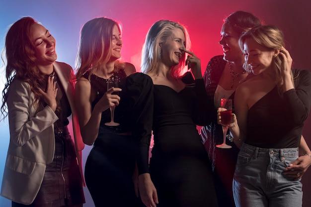 Novias en la fiesta divirtiéndose