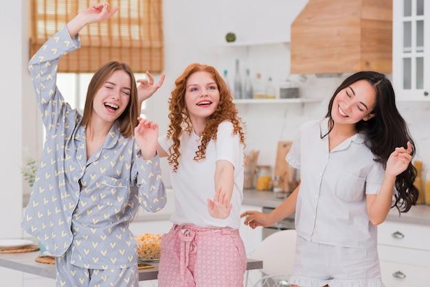 Novias con fiesta de pijama en casa