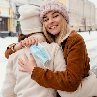 Novias jóvenes abrazos al aire libre