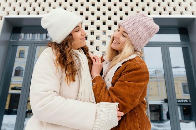 Novias jóvenes al aire libre mirando el uno al otro