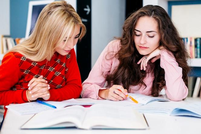 Novias preparando la tarea juntos