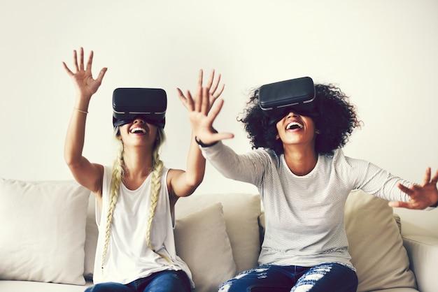 Novias probandose auriculares de realidad virtual