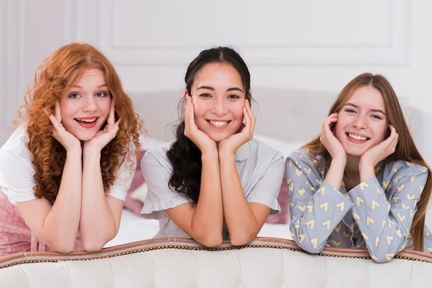 Novias sonrientes en fiesta pijama