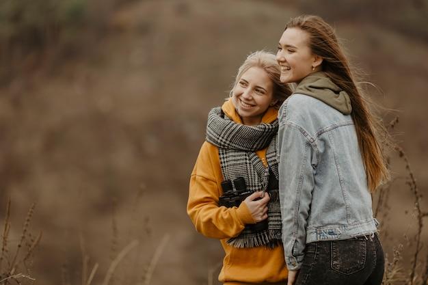 Novias sonrientes en un viaje de invierno