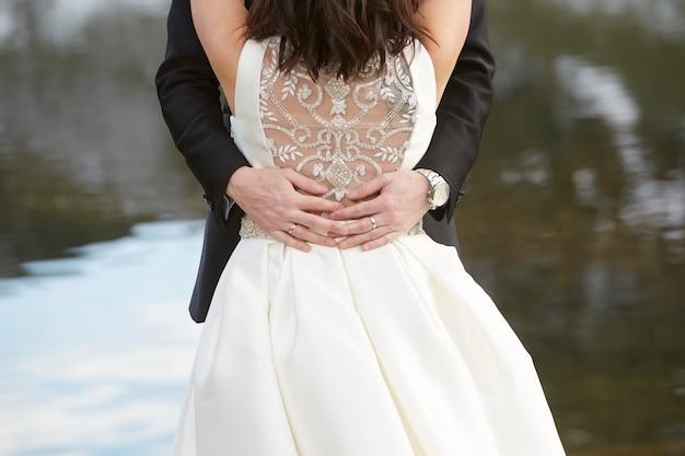 Novio abrazando a la novia