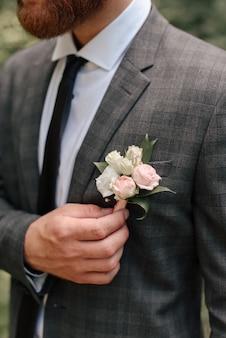 Novio con boutonniere en detalles de traje