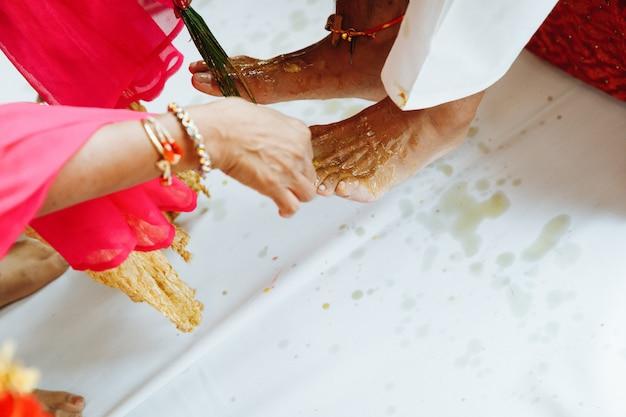 Novio indio ceremonia de la pierna de boda con especias