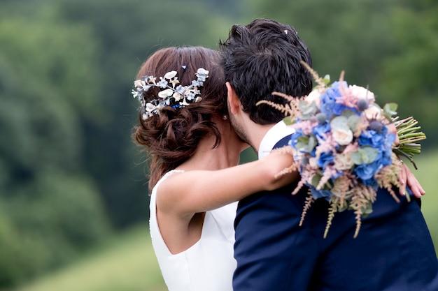Novio y novia abrazando