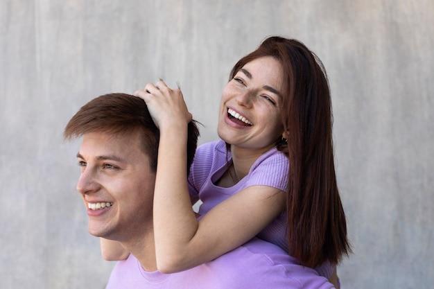 Novio y novia siendo cariñoso al aire libre