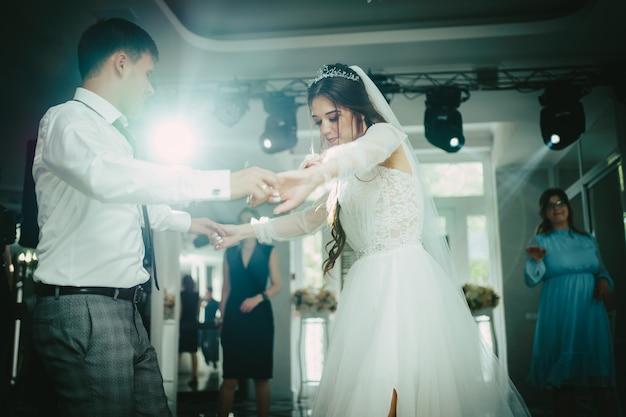 Los novios bailan. vals, el baile de los novios