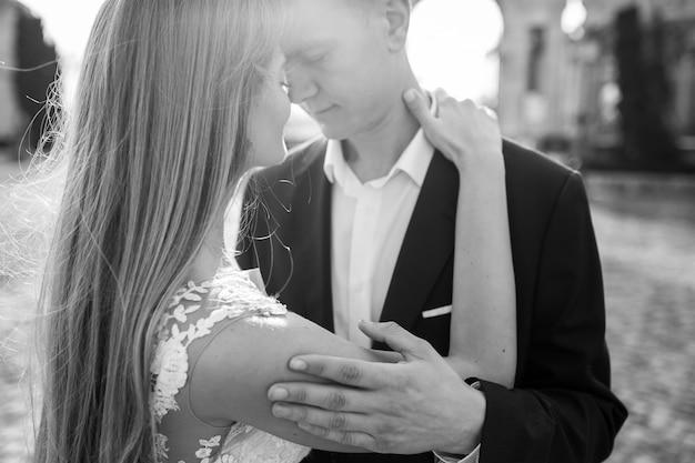 Novios en el día de su boda en budapest