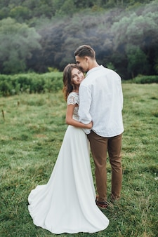 Novios felices en el hermoso parque. fotografía de boda