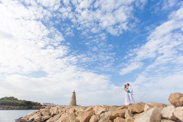 Novios junto al mar el día de su boda