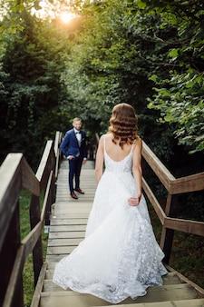 Novios románticos enamorados paseos en las montañas y el bosque