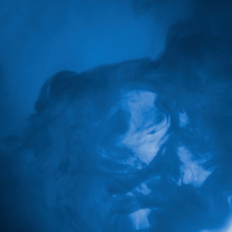Nube abstracta entre neblina azul
